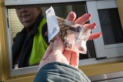 A denominação de 50 rublos em sua mão esticou para fora para pagar f Imagem de Stock