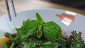 Denominação do alimento e conceito de projeto Cozinheiro do cozinheiro chefe que decora a salada no restaurante luxuoso Cozinheir filme