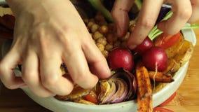 Denominação do alimento do recibo da salada do vegetariano vídeos de arquivo