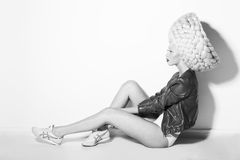 Denominação. Perfil da mulher catita vistoso na peruca branca surreal Fotos de Stock Royalty Free