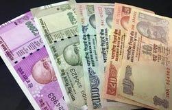 Denominações diferentes de notas da moeda da rupia indiana fotos de stock royalty free