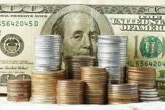 Denominações do dólar com moedas Fotografia de Stock