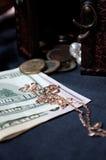 Denominações, moedas e ouro Fotografia de Stock