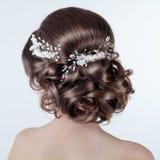 Denominação do cabelo de Brown Menina moreno com penteado encaracolado com barr Fotografia de Stock Royalty Free