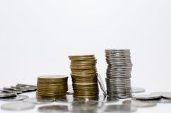 Denominazioni o monete impilate sopra a vicenda Fotografie Stock