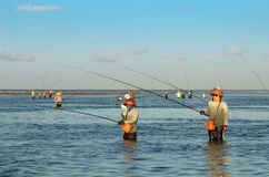 DENPASAR, ΙΝΔΟΝΗΣΙΑ - 24 Μαΐου παραδοσιακοί από το Μπαλί ψαράδες που στέκονται στα ρηχά νερά at low tide στην παραλία σε Nusa Dua στοκ φωτογραφία με δικαίωμα ελεύθερης χρήσης