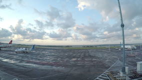 DENPASAR, ΙΝΔΟΝΗΣΙΑ - ΤΟ ΜΆΡΤΙΟ ΤΟΥ 2016: Τελική άποψη από το παράθυρο στα αεροπλάνα στον τομέα απογείωσης νωρίς το πρωί μέσα απόθεμα βίντεο