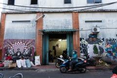 DENPASAR/BALI- 20-ОЕ АПРЕЛЯ 2019: Угол в традиционном рынке Badung где некоторые женщины продавая цветки и другие детали дальше стоковые фото