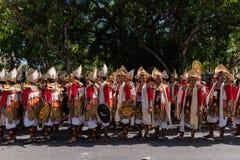 DENPASAR/BALI- 15-ОЕ ИЮНЯ 2019: Танцоры Baris Gede выравнивают вверх подготавливать для шоу на церемонии открытия искусств Бали стоковые изображения