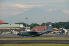 DENPASAR/BALI-APRIL 16 2019: Förbereder sig militärt flygplan för indonesiskt flygvapen att ta av på den internationella flygplat royaltyfri bild