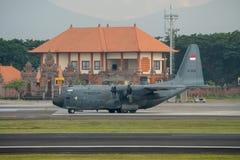 DENPASAR/BALI-APRIL 16 2019: Förbereder sig militärt flygplan för indonesiskt flygvapen att ta av royaltyfri fotografi