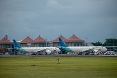 DENPASAR/BALI-APRIL 11 2019: Garuda Indonesia linii lotniczej parking na Ngurah Rai Bali lotniska międzynarodowego fartuchu blisk fotografia royalty free