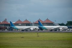 DENPASAR/BALI-APRIL 11 2019: Garuda Indonesia linii lotniczej parking na Ngurah Rai Bali lotniska mi?dzynarodowego fartuchu blisk obrazy royalty free