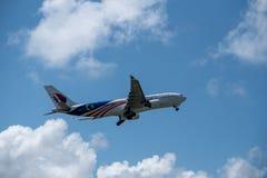 17 denpasar/bali-APRIL 2019: Het vliegtuig door Malaysia Airlines wordt bezeten stijgt van de Internationale Luchthaven van Ngura royalty-vrije stock foto