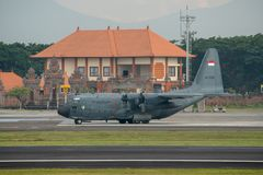 DENPASAR/BALI-APRIL 16 2019: Indonezyjski siły powietrzne samolot wojskowy przygotowywa zdejmować fotografia royalty free