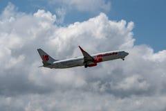 DENPASAR/BALI- 17 APRILE 2019: DENPASAR/BALI- 17 APRILE 2019: L'aeroplano di proprietà dalle linee aeree di Malindo sta decolland fotografia stock