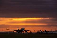 DENPASAR/BALI- 23 DE ABRIL DE 2019: Actividad del vuelo en el aeropuerto internacional de Ngurah Rai en Bali a donde el avión se  imagen de archivo