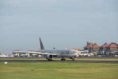 DENPASAR/BALI- 20 DE ABRIL DE 2019: Los aviones comerciales pose?dos por las l?neas a?reas indonesias blancas de Garuda est?n yen foto de archivo