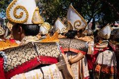 DENPASAR/BALI- 15 DE JUNHO DE 2019: Os dançarinos de Baris Gede estão alinhando a preparação para a mostra na cerimônia de inaugu imagem de stock royalty free