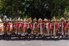 DENPASAR/BALI- 15 DE JUNIO DE 2019: Los bailarines de Baris Gede se están alineando la preparación para la demostración en la cer fotografía de archivo libre de regalías