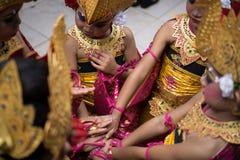 DENPASAR/BALI-DECEMBER 28 2018年:女性舞蹈家队结合在一起使手增加自信和热情 免版税库存照片