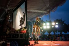 DENPASAR/BALI-DECEMBER 29 2017: Wayang kulit jest Indonezyjskim kultur? Dzwoni?cym cie? kuk?y Ja bawi? si? lud?mi kt?re dzwonili  fotografia royalty free