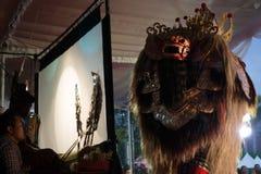 DENPASAR/BALI-DECEMBER 29 2017: Wayang kulit ?r indonesisk kultur kallade skuggadockor Det spelas av folk som kallade Dalang royaltyfri bild