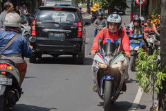 DENPASAR, BALI, INDONESIA - 15 de agosto de 2016 - isla de Indonesia congestionó tráfico Fotos de archivo libres de regalías