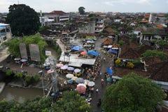 DENPASAR, BALI/INDONESIA- 16 DE JANEIRO DE 2018: a atmosfera do mercado do kumbasari da cidade de Denpasar que é adjacente encont imagens de stock royalty free