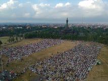 DENPASAR, BALI/INDONESIA- 5 DE JUNIO DE 2019: La visión desde el aire del rezo de Eid al-Fitr en 2019 en el campo de Puputan Reno imagen de archivo