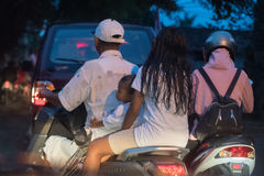 DENPASAR, BALI, INDONESIEN - 15. August 2016 - Indonesien-Insel verstopfte Verkehr Lizenzfreie Stockbilder