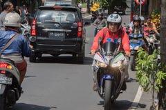 DENPASAR BALI, INDONESIEN - AUGUSTI 15, 2016 - tilltäppt trafik för Indonesien ö Royaltyfria Foton