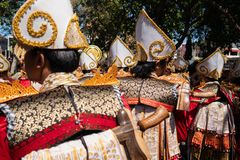 DENPASAR/BALI- 15 JUIN 2019 : Les danseurs de Baris Gede alignent la préparation à l'exposition à la cérémonie de s'ouvrir des ar image libre de droits