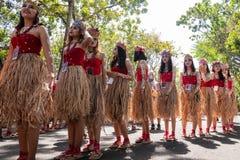 DENPASAR/BALI-JUNE 15 2019年:女性舞蹈家准备执行巴布亚舞蹈表现,完成与种族衣物,在 库存照片