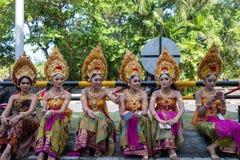 DENPASAR/BALI-, 15. JUNI 2019: Junge Balinesefrauen, die traditionellen Balinesekopfschmuck und traditionelle Saronge an der Öffn lizenzfreie stockfotografie