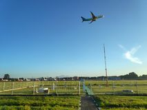DENPASAR/BALI-MAY 4 2019年:在拉伊巴克罕巴喱岛国际机场的气象学领域在与鹰记航空公司航空公司的晴天 免版税库存照片