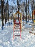 denröda trappuppgången i barns snö parkerar område av ‹för †staden Fotografering för Bildbyråer