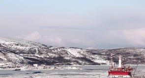 Denskyddade plattformen Prirazlomnaya till den ingen skeppsvarven 35 outs Royaltyfri Foto