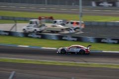 DENSO KOBELCO SARD RC F av LEXUS TEAM SARD i GT500 springer på Bur Royaltyfria Bilder