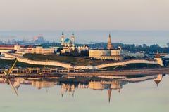 Densten Kazan Kreml på solnedgången Väggen tände vid solen och reflekterade i vattnet Royaltyfria Foton