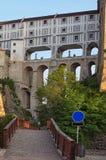 Denstoried dolda välvda bron står på massiva stenpelare Bron anknyter den Krumlov slotten med teatern i Ces Royaltyfria Foton
