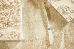 Dentäckte kniven mellan översiktsmurbruk för staden 3D modellerar Royaltyfria Bilder