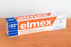 Dentífrico do fluoreto da proteção da cárie de Elmex fotos de stock royalty free