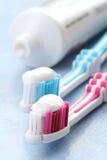 Dentífrico e toothbrushes Fotografia de Stock Royalty Free