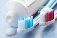 Dentífrico e toothbrushes Fotografia de Stock