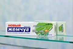 Dentífrico Sem Trav Seven Herbs da pérola de Zhemchug imagem de stock