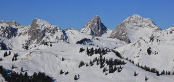 Dent de Ruth et toute autre neige a couvert des montagnes vues du bâti au sujet de Images stock