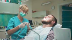 Dent femelle de perçage de dentiste du patient masculin Tir de glisseur, laissé clips vidéos