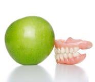 Dentadura y manzana Imagenes de archivo