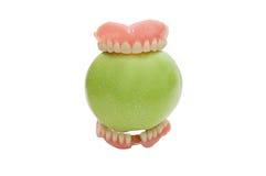 Dentaduras com a maçã verde, isolada Fotografia de Stock Royalty Free